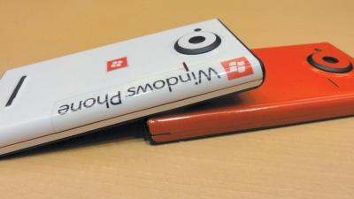 高橋さんがシールで色付けしたauのWindows Phone
