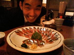 サンマの刺身の前でご満悦のHack In The Cafe Fukuoka主催者の花田さん