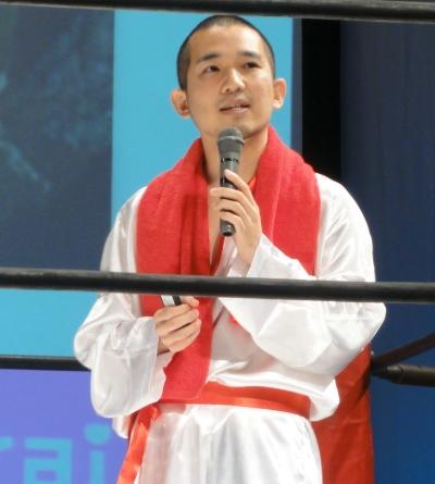 プレゼンターはリングの舞台に合わせてアントニオ猪木のコスチュームで登場。