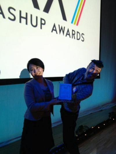 ARマーカーを必要としないARアプリ、「kinect 巨乳」の開発元の2人。鳥人間のmaripoさんと人間の花岡さんは見事、おばか賞を受賞した