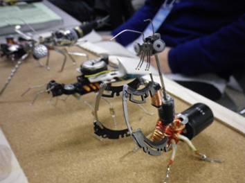 部品や導線で作られたカマキリ