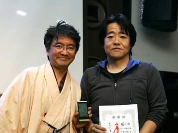 かわいい賞を受賞した林氏(右)とプレゼンターの中村氏(左)