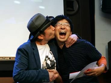おばか賞を受賞した青木氏(右)とプレゼンターの安齋氏(左)