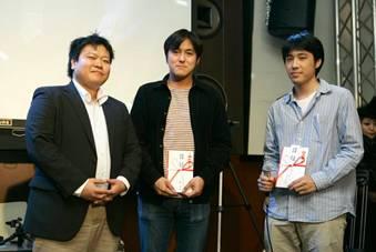 インフラジスティックス賞を受賞した松村氏(右)、小島氏(中央)、プレゼンターの池原氏(左)
