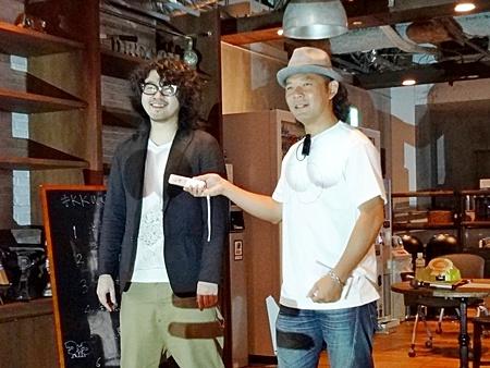 ARで浮き出た巨乳をつつき合う  川田 十夢氏(左)と池辺 政人氏(右)