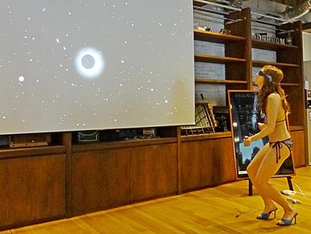 月と太陽がうまく重なると、幻想的な音楽と共に美しい金環日食が映し出される