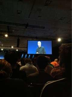 少し考え込むようにしてから話し始めるTim Cook氏。Steve Jobs氏とはまたちがう趣があります