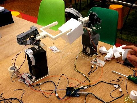 SFC*SFCにて開発中のロボットアーム。片側にカッター、もう片側に切断されるスチロールを置いて、両方のアームを動かし、任意の形状に切断する。ロボットアームと、PCからアームを制御するソフトを含めた全体を開発するプロジェクト