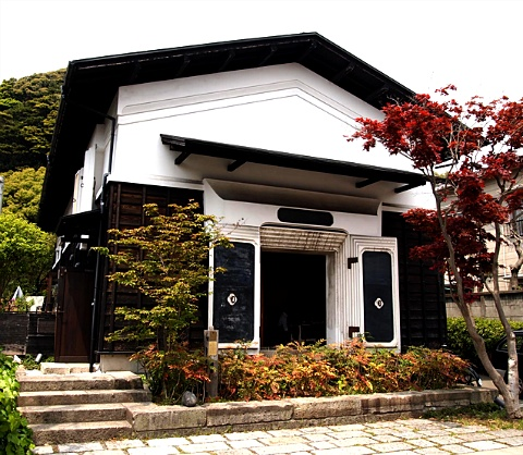Fablab鎌倉。秋田県湯沢市にあった造り酒屋の酒造を、ほぼ原型通りに移築再生した、「結の蔵」をFablabにしている