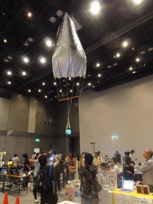 作品をつり上げて空中展示するスカイフック・サービス