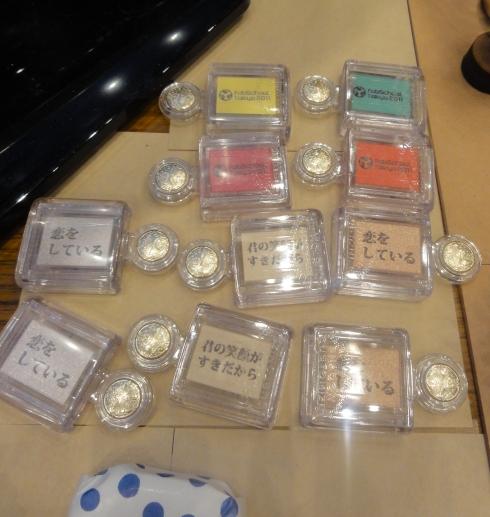 レーザーカッターでメッセージを刻印したアイシャドウ(FabSchool Tokyo有志)