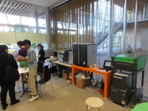さまざまな工作機械が置かれ、ワークショップなどが開かれるスペースf.Lab
