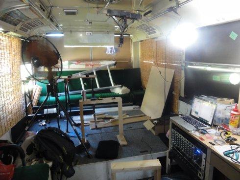 MOBIUMの中。バス内に工作機械などが据え付けられている