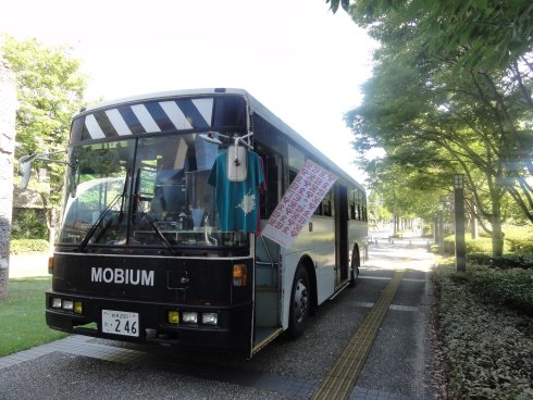 IAMASによる、バスを改造した実験室MOBIUM