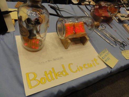 Bottled Circuit。外科手術用具を使って、瓶の中に電子回路を組む