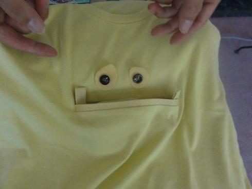 ぶんりょうさんによる展示。Tシャツのポケットを上げると……