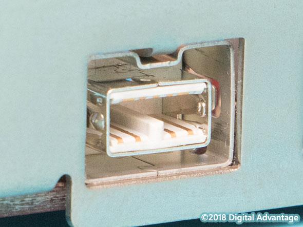 機器に搭載されているIEEE 1394bのコネクターの写真。最大800Mbpsでデータを転送できる。高速な外部ストレージをMacと接続するのによく利用されていた。ThunderboltやUSB 3.xなど、より高速な伝送規格によって置き換えられている。