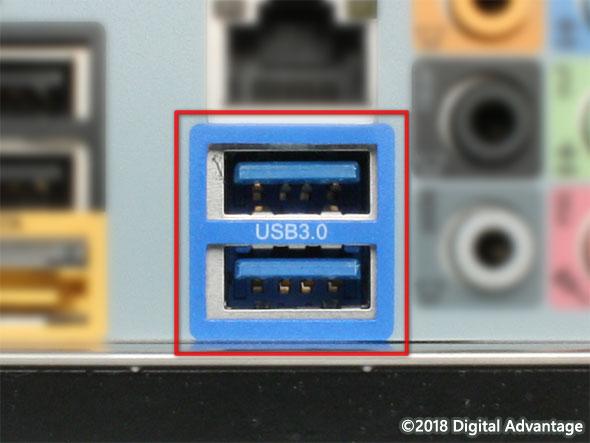 PCに搭載されているUSB 3.x Standard-A(スタンダードA)のコネクター(レセプタクル)の写真。ハードディスクやSSD、ギガビットイーサネットなど高速なデバイスやインタフェースとの接続によく利用されている