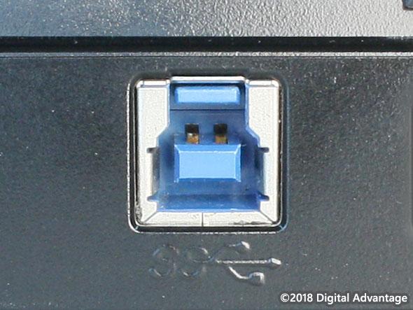 機器に搭載されているUSB 3.x Standard-B(スタンダードB)のコネクター(レセプタクル)の写真。ハードディスクやSSD、ギガビットイーサネットなど高速なデバイスやインタフェースとの接続によく利用されている