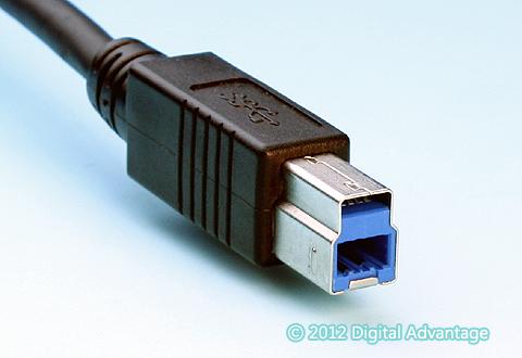 ケーブルに付いているUSB 3.x Standard-B(スタンダードB)のコネクター(プラグ)。ハードディスクやSSD、ギガビットイーサネットなど高速なデバイスやインタフェースとの接続によく利用されている