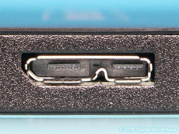 機器に搭載されているUSB 3.x Micro-B(マイクロB)のコネクター(レセプタクル)の写真。2.5インチハードディスクやM.2 SSD用ケースなど高速かつ小型のデバイスとの接続によく利用されている