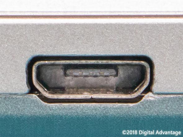 機器に搭載されているUSB 3.x Micro-B(マイクロB)のコネクター(レセプタクル)の写真。USB 3.xほどの転送速度を必要としない比較的低速の周辺機器やスマートフォンなどによく搭載されている。内蔵バッテリーの充電用端子(電源コネクター)としてもよく見かける