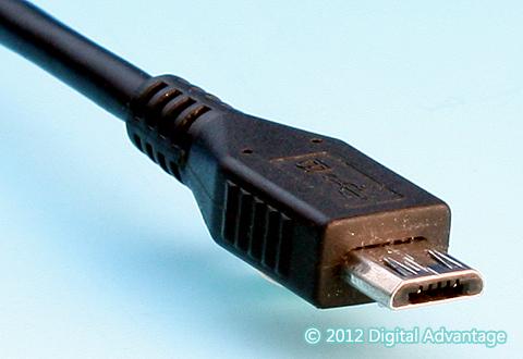 ケーブルに付いているUSB 2.0 Micro-B(マイクロB)のコネクター(プラグ)の写真。USB 3.xほどの転送速度を必要としない比較的低速の周辺機器やスマートフォンなどによく搭載されている。充電用端子(電源コネクター)としてもよく見かける