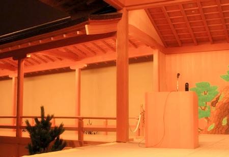ひのきの渡り廊下と能楽の舞台。もちろん土足禁止