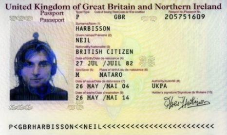 電子機器と一緒に写っているニール氏のパスポート写真