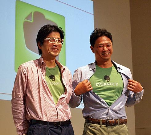 おそろいのEvernoteのTシャツを着て現れた エバーノート日本法人会長 外村仁氏(左)と パソナテック代表取締役社長 吉永隆一氏(右)