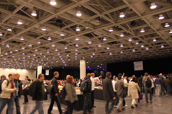 数千人が集まるため、昼食会場は大混雑