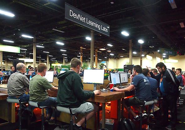 DevNetコーナーには、GitHubなどのステッカーを貼ったPCを手にしたエンジニアが多く参加していた
