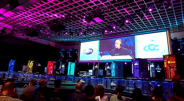 ステージ上に並ぶ7色のラックが、DARPA Cyber Grand Challengeの「参加者」