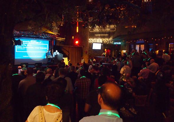 ラスベガスのホテルのライブハウスで行われたCodenomiCON。会場は前夜祭的な雰囲気で盛り上がった