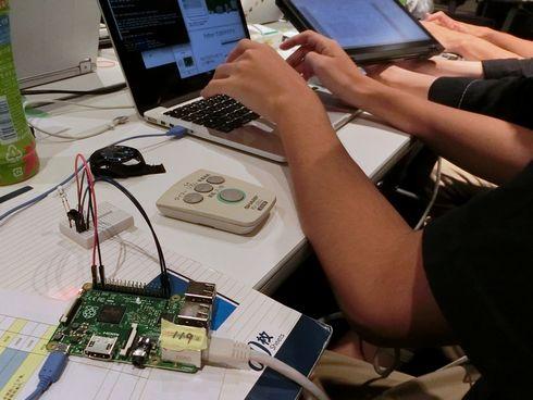 参加者には何かしらのリモコンが配布され、通信などを解析する