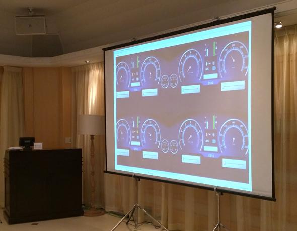 会場では、LABCAR上で動作する仮想メータークラスタがプロジェクターで表示されていた(ETAS Dennis Kengo Oka氏提供、一部編集)
