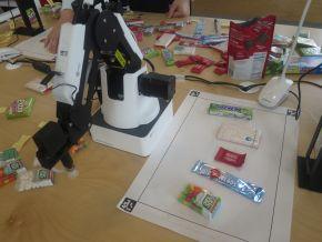 菓子の好みを伝えると、ロボットアームが適切なものを選んでとってくれるというデモ