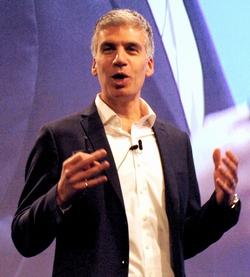 基調講演に登壇した米Juniper NetworksのCEOであるラミ・ラヒム氏