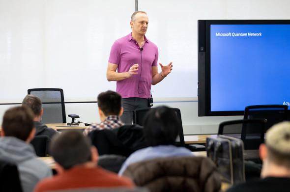 Microsoft Quantum Networkのメンバーに語りかけるMicrosoftのAzureハードウェアシステムグループでコーポレートバイスプレジデントを務めるトッド・ホームダール氏