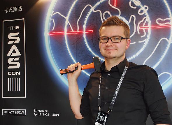 「ハンマー」を手にShadowHammerをはじめとするサプライチェーン攻撃の動向を説明したGReATのリサーチャー、Vitaly Kamluk氏