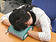 机にうつぶせで快適に寝る方法