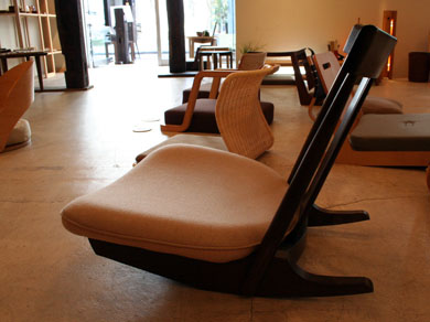カギロイ店内には多くの座椅子がある。一番手前は前後に揺れるロッキング機能のある「楽座」