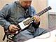 ポメラみたいにカバンに——職人が作った折りたたみギター