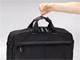 「小指1本で持ち上がる」——サンワの軽量ビジネスバッグ