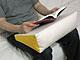 「ヒザの上で読書」での肩こりを軽減する