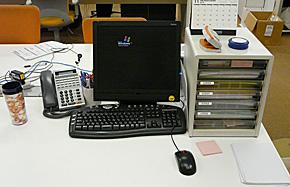 必要最低限のものだけを置いてシンプルな机に