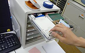 収容アイテムにはこだわらない、会社の備品をフル活用する