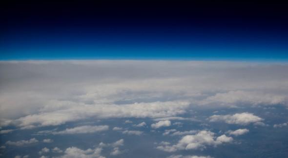衛星から本体を望み見る