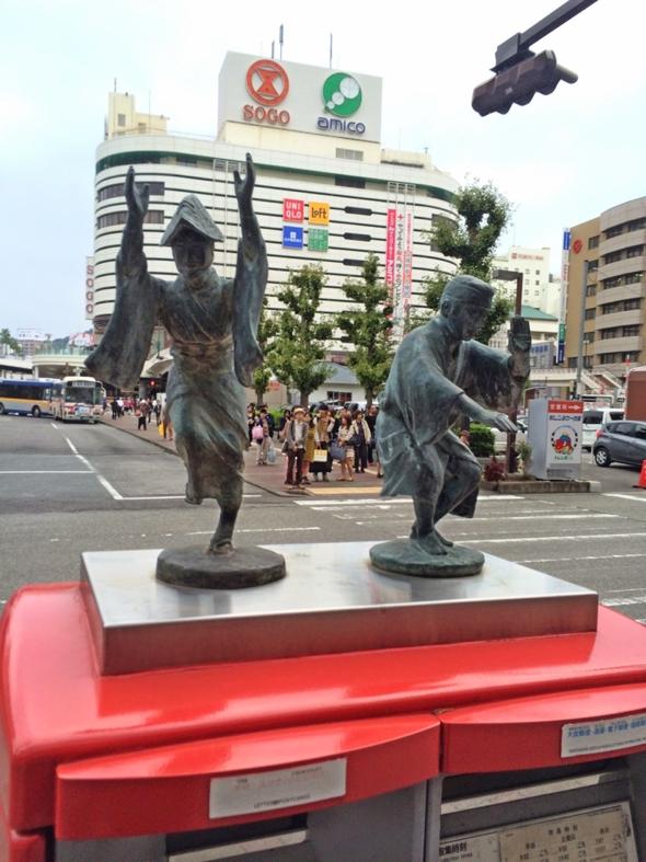 徳島駅前のポストの上