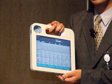 亀田総合病院の無線LAN対応端末。電子カルテの記入や閲覧が可能。